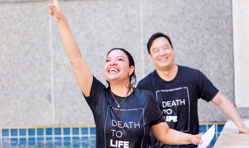 Mulher após ser batizada nas águas na McLean Bible Church, no nordeste da Virgínia. (Foto: Reprodução/Facebook)