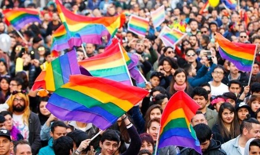 Milhares juntam-se à parada do orgulho gay anual de Santiago, Chile. (Foto: Reprodução/EFE)