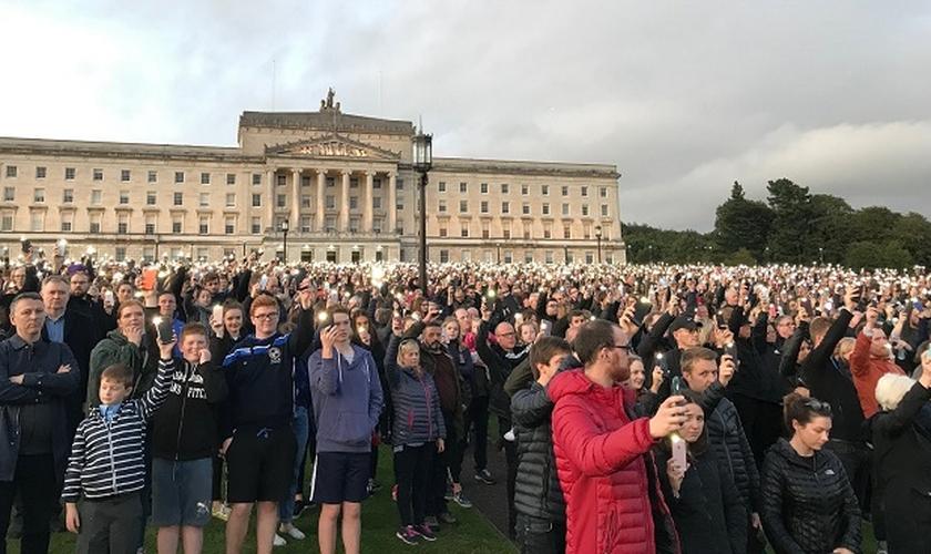 Manifestantes se reuniram em frente ao prédio do parlamento em Belfast. (Foto: Reprodução/Twitter)