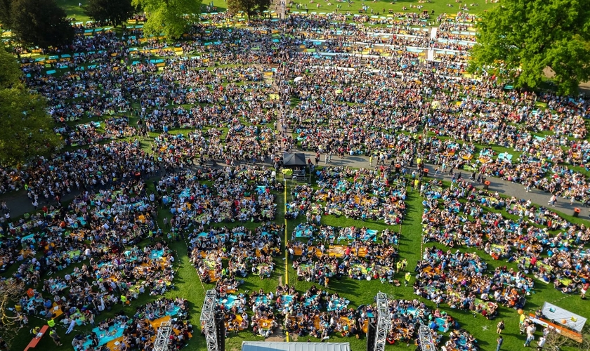 Encontro de cristãos alemães ao ar livre. (Foto: Reprodução/Facebook)