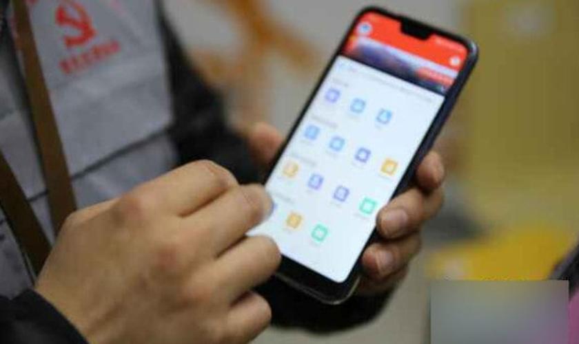Os administradores de grade recebem telefones e precisam usar um aplicativo móvel especial para registrar as informações que são coletadas em uma plataforma online. (Foto: Reprodução/Bitter Winter)