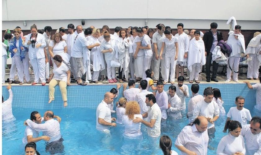 Batismo realizado pelo Elam Ministries, em abril. (Foto: Reprodução/Elam Ministries)