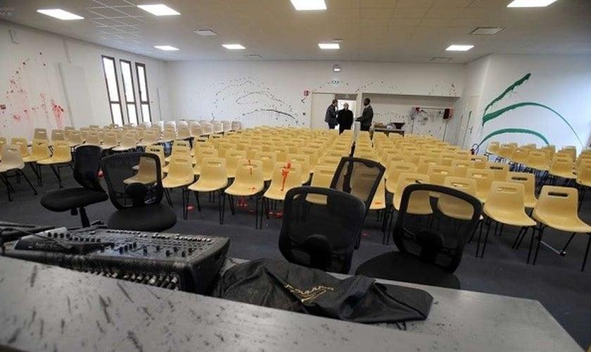 Igreja Assembleia de Deus em Anguleme, França, depois de ser vandalizada, em março de 2019. (Foto: Reprodução/Charante Libre)