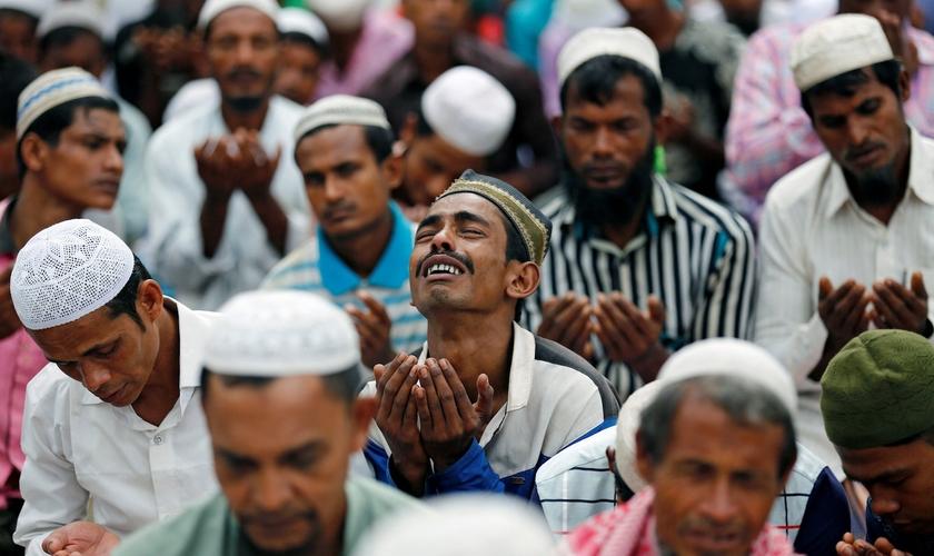 Muçulmano chora perto do campo de refugiados improvisado em Bangladesh. (Foto: Mohammad Ponir Hossain/Reuters)