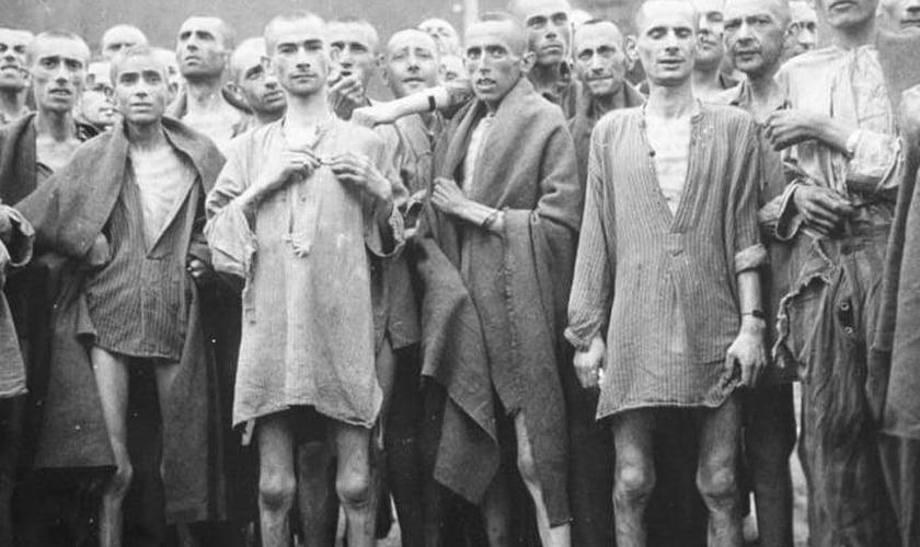 Judeus em campo de concentração durante o holocausto. (Foto: Reprodução/Getty)