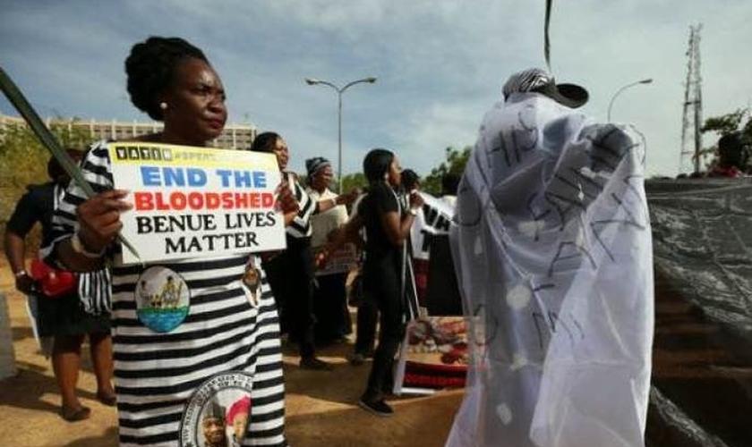 Manifestantes protestam contra os assassinatos na Nigéria. (Foto: Reuters / Afolabi Sotunde)