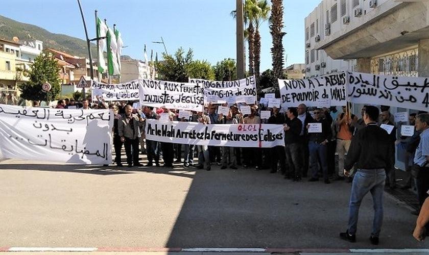 Cristãos argelinos protestam nas ruas pela liberdade de religião, outubro de 2019. (Foto:Reprodução/EF)