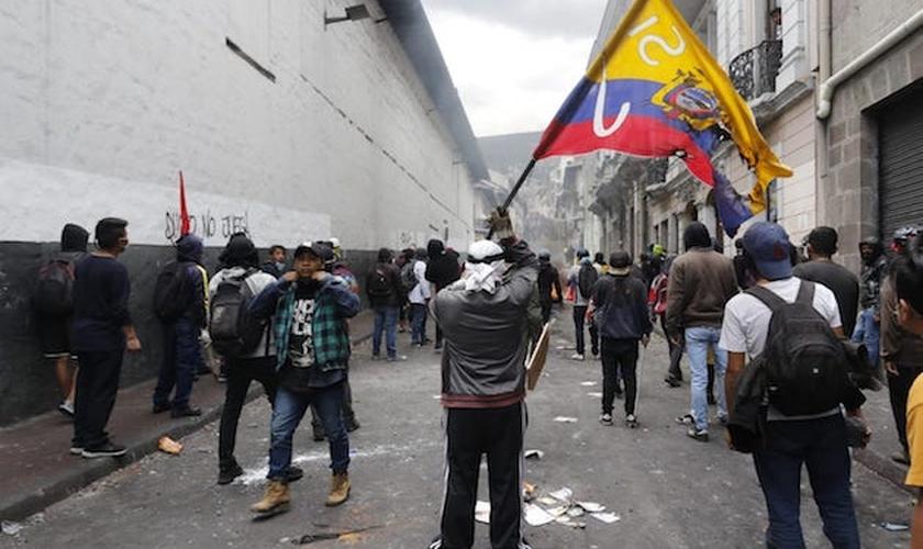 Manifestantes em Quito, Equador. (Foto: Reprodução/Twitter)