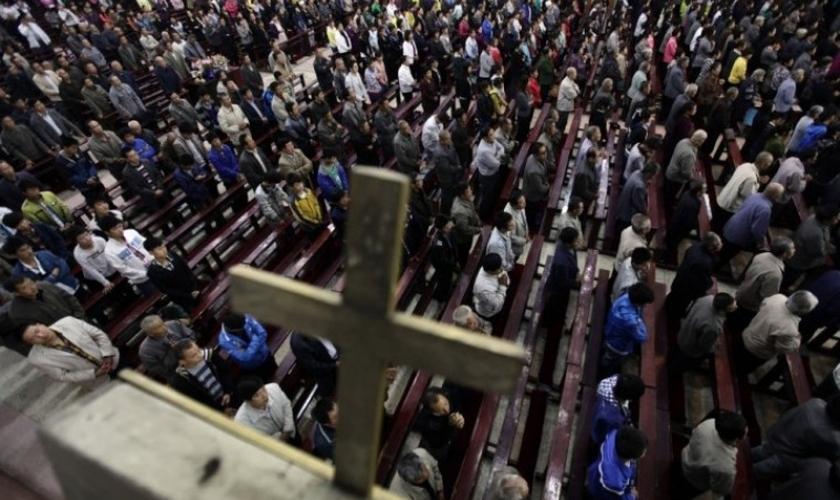Cristãos em igreja nos arredores do condado de Qingxu, norte da China. (Foto: Reprodução/Reuters)