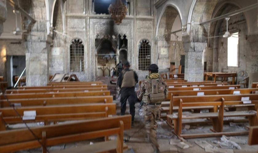 Soldados das forças especiais iraquianas em igreja destruída pelo Estado Islâmicos em Bartella, leste de Mosul, no Iraque. (Foto: Reuters/Goran Tomasevic)