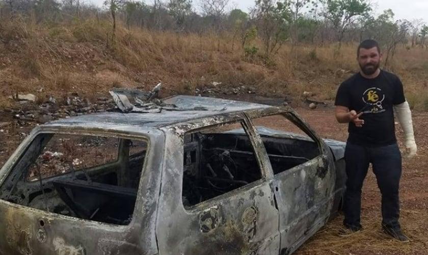 Pastor Edivaldo Júnior ao lado do carro que dirigia e acabou explodindo após acidente na rodovia TO 050. (Foto: AF Notícias)
