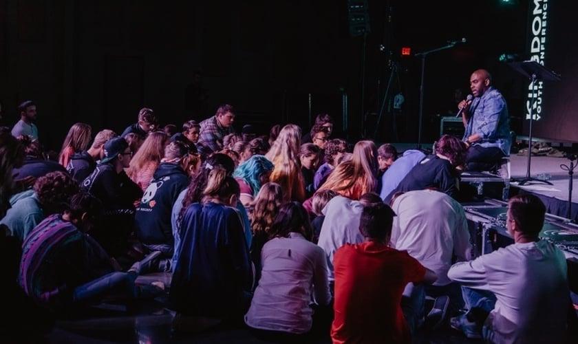 Pastor Kemtal Glasgow fala com adolescentes durante a conferência Kingdom Youth. (Foto: Kingdom Youth Conference)