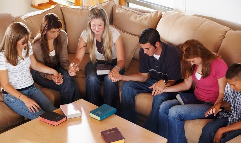 Jovens em oração. (Foto: Reprodução/YFC)
