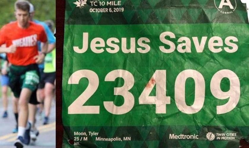 Tyler Moon durante a corrida e a identificação com seu número e o nome escolhido 'Jesus salva'. (Foto: Reprodução/Tyler Moon)