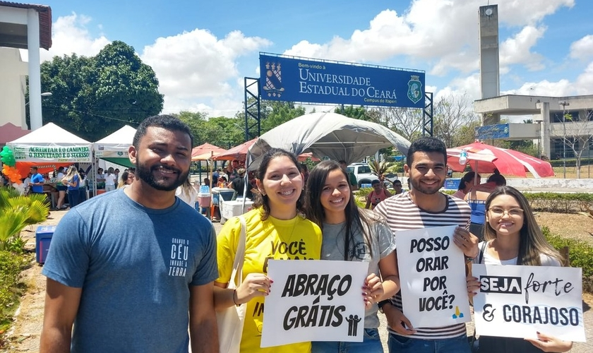 Os voluntários Matheus de Castro, Liliana Lima, Isabela Patrício, Marcos Vinicius e Vanessa Mendonça. (Foto: José Leomar/Sistema Verdes Mares)