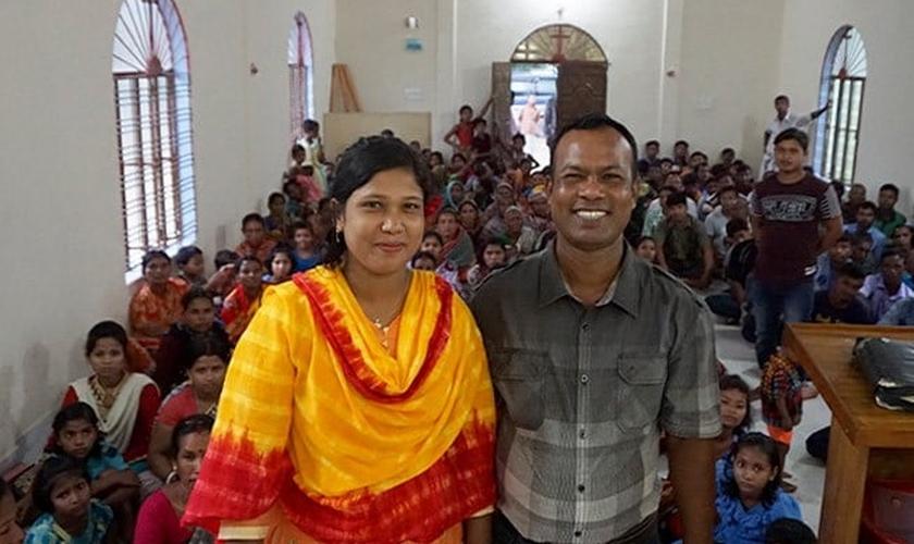 O pastor Roy e sua esposa, Swopna, com sua próspera congregação no prédio da igreja fornecido por Barnabas. (Foto: Reprodução/Barnabas Fund)