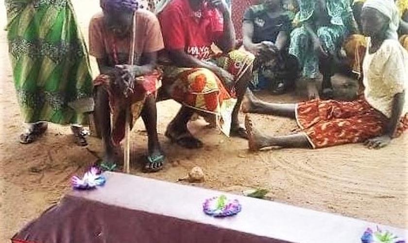 Velório de cristãos mortos em ataque recente, na vila de Agom, em Kaduna, Nigéria. (Foto: Morning Star News)