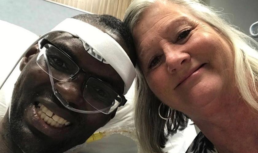Jonathan Pinkard e Lori Wood sorriem após um transplante de coração bem-sucedido. (Foto: Arquivo pessoal)