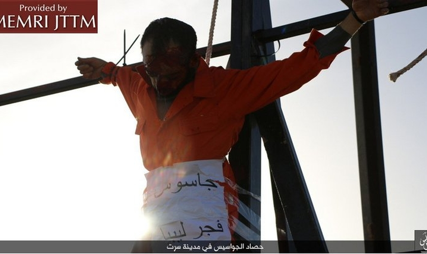 Homem crucificado por terroristas islâmicos sob acusação de espionagem. (Foto: MEMRI JTTM)