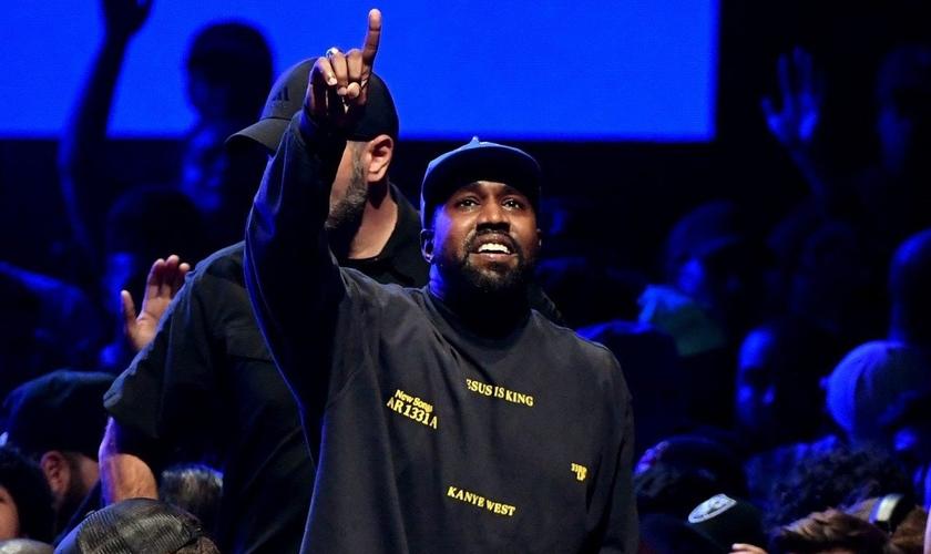 """Kenye West em apresentação do álbum """"Jesus is King"""". (Foto: Reprodução/WSJ)"""