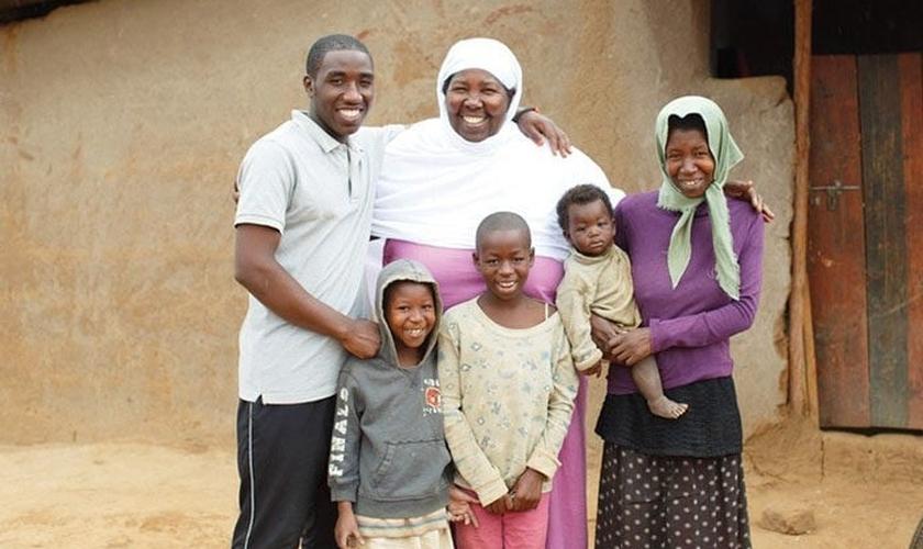 Joyce Zaninka (centro) experimentou a mensagem esperançosa da Palavra de Deus depois de fugir da violência na República Democrática do Congo. (Foto: Reprodução/UGCN)