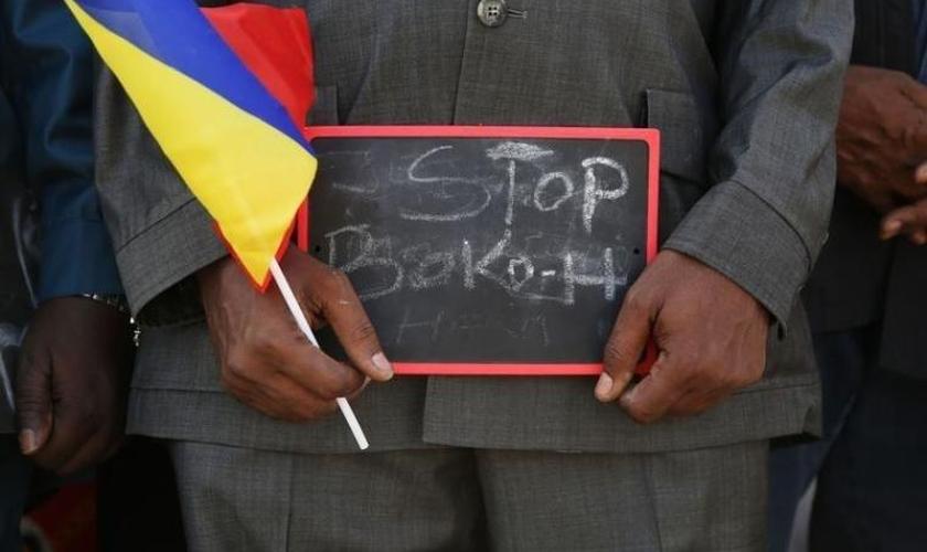 """Homem segura placa que diz """"Stop Boko Haram"""" em protesto no Chade. (Foto: Reuters/Emmanuel Braun)"""