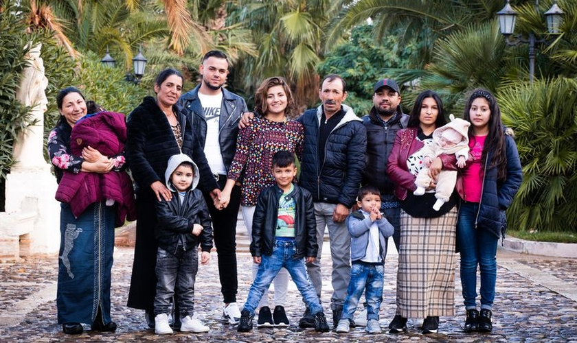 Belle Barbu, no meio da blusa colorida, se reúne com sua família na Itália 25 anos após ser levada. (Foto: Operation Underground Railroad)