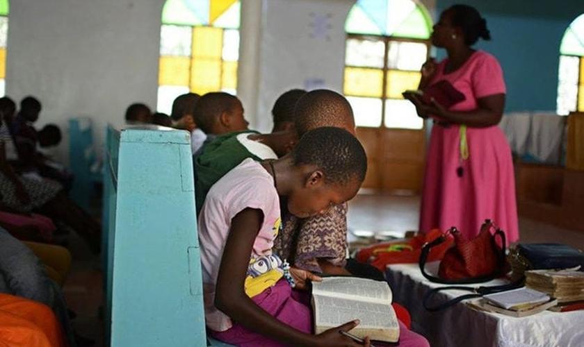 Crianças africanas leem a Bíblia. (Foto: Reprodução/Childcare Worldwide)