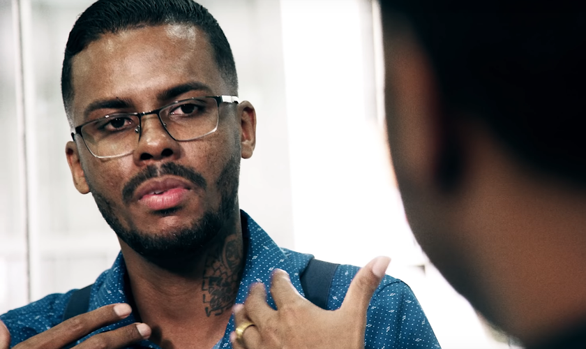 """Felipe Monteiro contou seu testemunho de vida na série """"Saudade"""", do cantor Thalles Roberto. (Foto: Reprodução/YouTube)"""