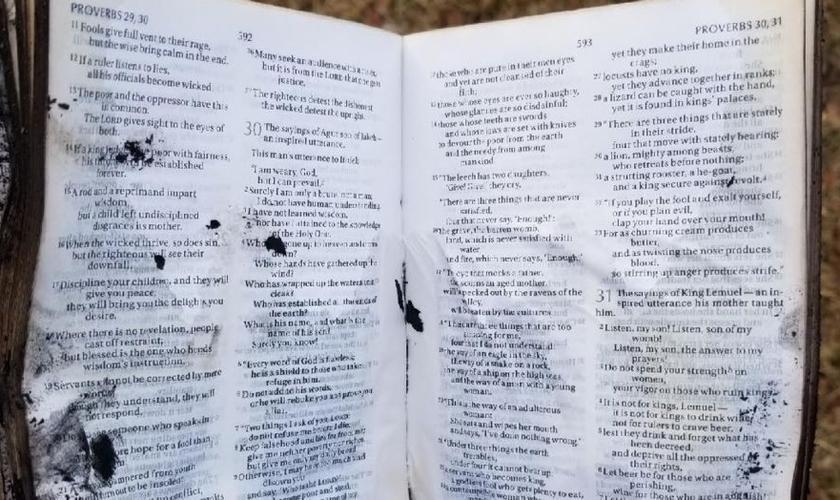 Bíblia permaneceu intacta após incêndio que devastou casa nos EUA. (Foto: Ashlee Pham)