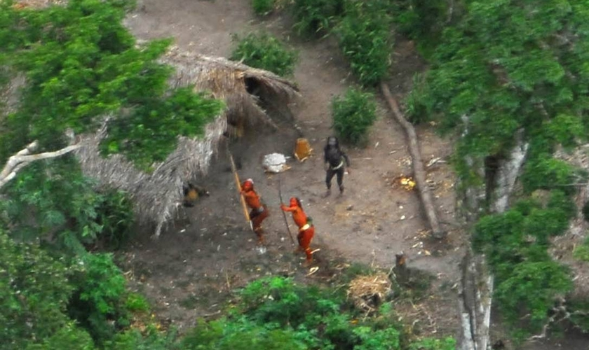 Índios isolados observados em sobrevoo pela Terra Indígena Kampa e Isolados do Envira, no Acre. (Foto: Gleison Miranda/Funai)