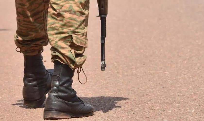 Soldados patrulham Burkina Faso após ataque terrorista em vilarejo. (Foto: Reprodução/AFP)