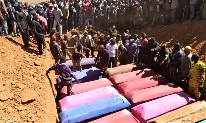 Vítimas de ataques próximo a Bokkos (Nigéria) são enterradas. (Foto: Morning Star News)