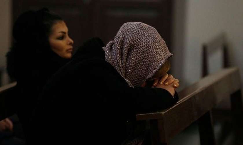 Cristãs oram em igreja no Irã. (Foto: The Hill)