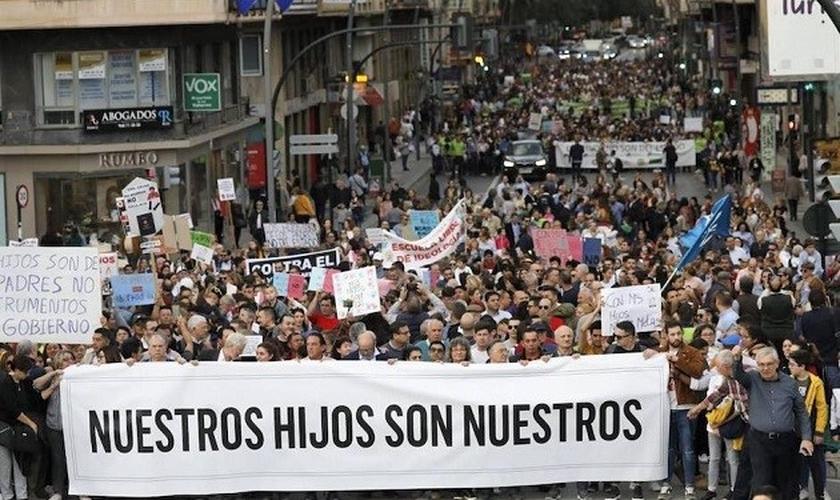 Imagem da marcha dos pais em Múrcia, em 29 de fevereiro. (Foto: Reprodução/CEMU)