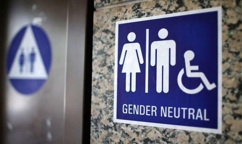 Placa indica banheiro de 'gênero neutro', também conhecido como banheiro de uso transgênero. (Foto: REUTERS/Lucy Nicholson)