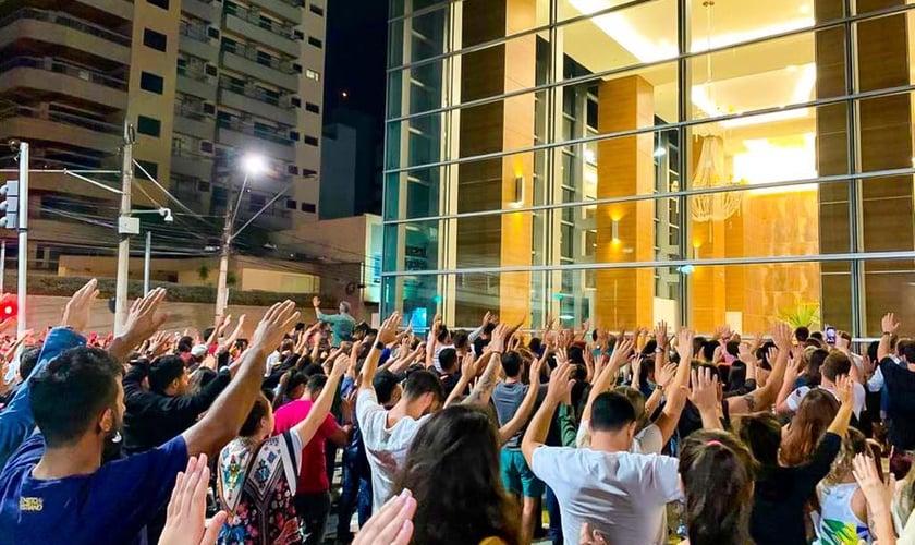 Centenas de pessoas intercederam pelos jovens de Ribeirão Preto, em frente ao Shopping Santa Úrsula. (Foto: Pedro Paulo Rosa)