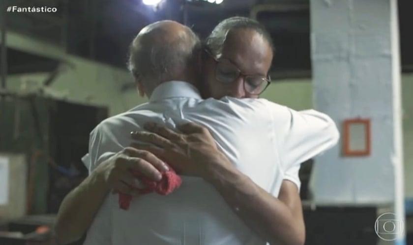 Drauzio Varella abraça a transexual Suzy Oliveira em reportagem do Fantástico. (Foto: Reprodução/TV Globo)