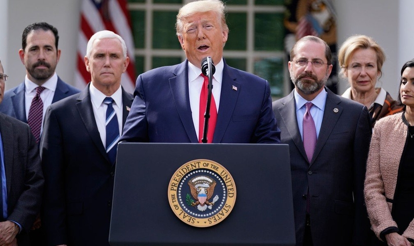 Trump faz pronunciamento oficial sobre coronavírus no jardim da Casa Branca. (Foto: AP Photo/Evan Vucci)