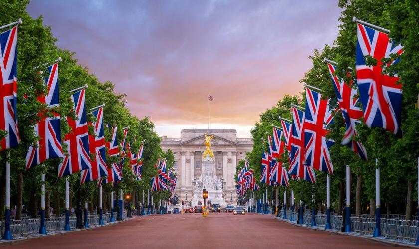 As bandeiras alinhadas em frente do Palácio de Buckingham, Londres. (Foto: Reprodução/Getty)