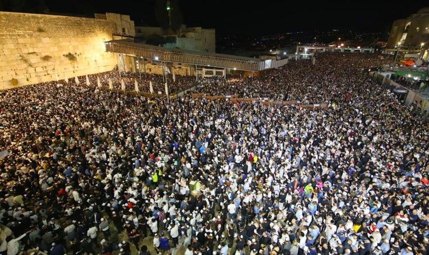 Multidão ora no Muro das Lamentações, em Jerusalém. (Foto: Western Wall Heritage Foundation)