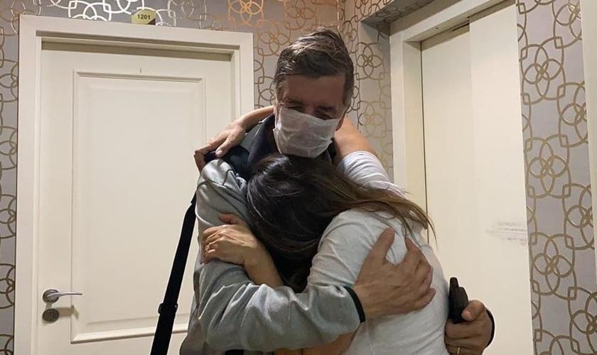 Soraya Moraes abraça seu marido Marco assim que ele chega do hospital. (Foto: Reprodução/Instagram)