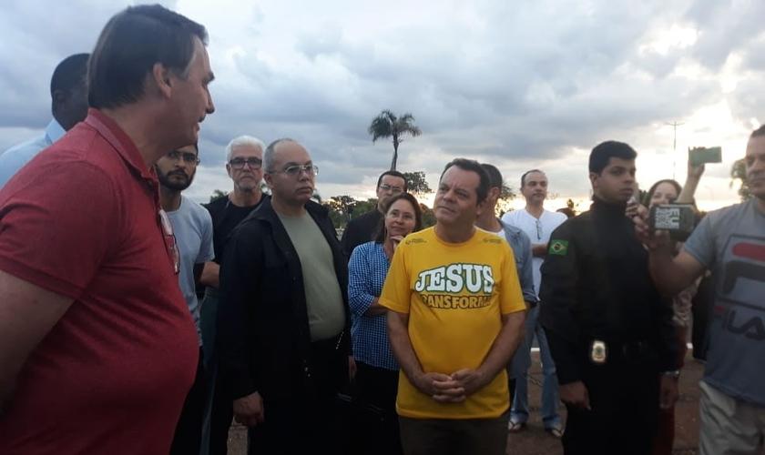 O presidente Jair Bolsonaro na porta do Palácio da Alvorada recebe oração de líderes religiosos no final da tarde de domingo (5). (Foto: Reprodução/Canal Bruno Christian)
