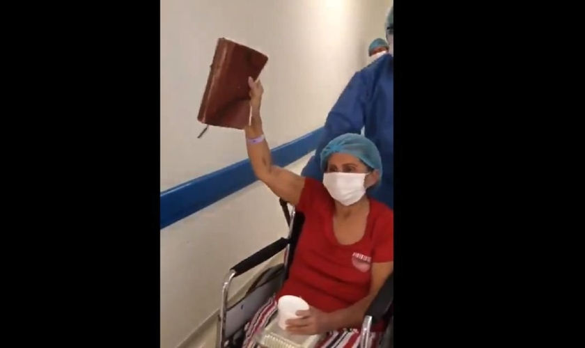 Uma colombiana de 65 anos deixou o hospital expressando gratidão a Deus, após 12 dias na UTI. (Foto: Reprodução)