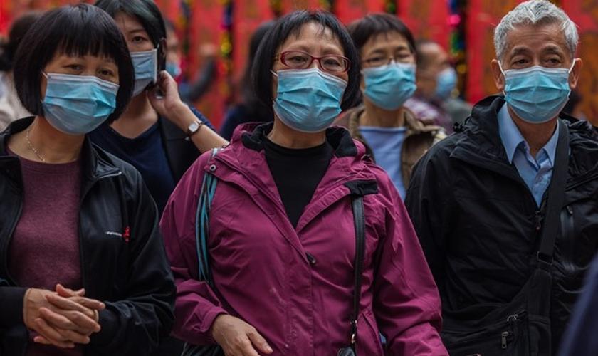 Pessoas usam máscaras como medida preventiva após um surto de coronavírus que começou na cidade chinesa de Wuhan. (Foto: Reprodução/Egypt Today)