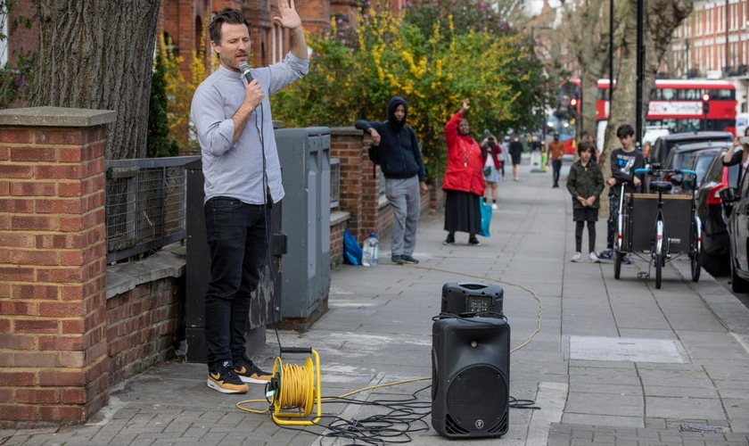: Pat Allerton nas ruas de Notting Hill, um bairro de Londres, Inglaterra, com seu microfone. (Foto: Reprodução/UGCN)