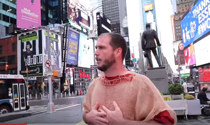 Phillip Blair prega na Times Square, um dos principais pontos turísticos de Nova York. (Foto: Reprodução/YouTube)
