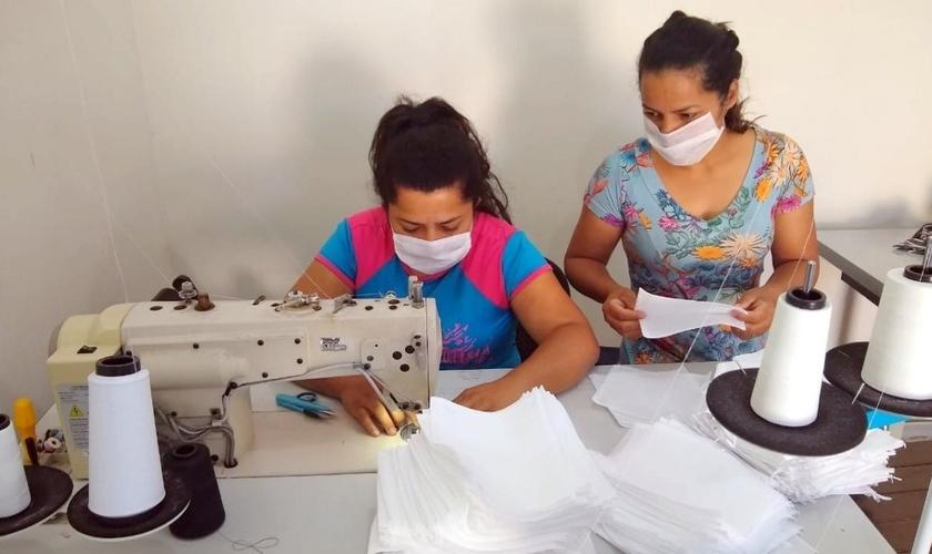 Mulheres costuram máscaras para serem doadas em Nova Veneza (SC). (Foto: Reprodução/Portal Veneza)