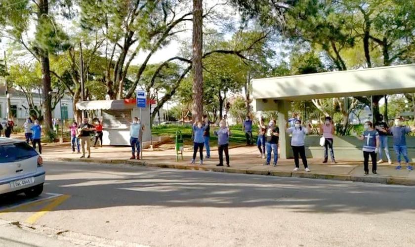 Pastores e fiéis se reúnem para orar em frente à hospital de Jundiaí. (Foto: Reprodução/TV TEM)