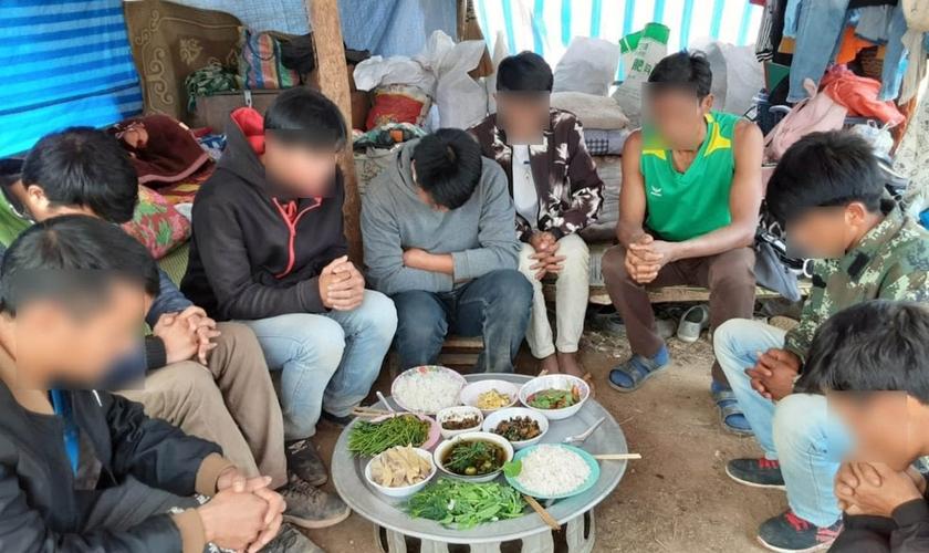 Cristãos comem em abrigo improvisado no Laos. (Foto: Portas Abertas - EUA)